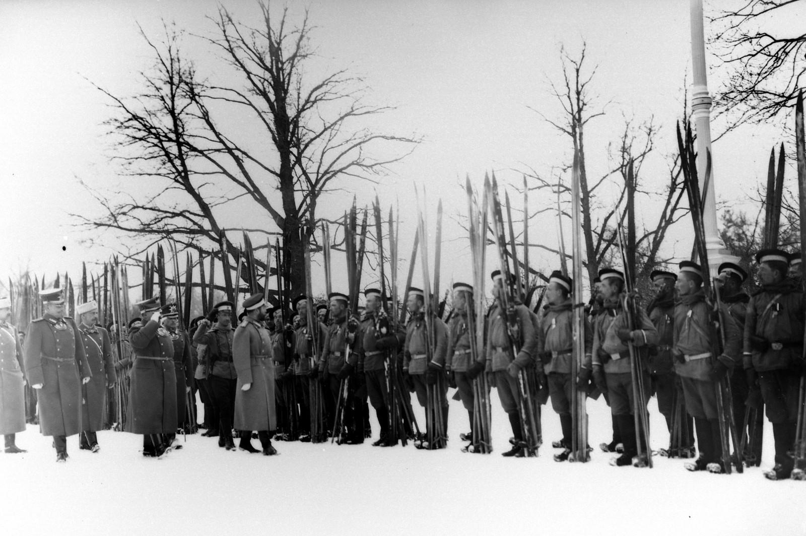 1914. Николай II проводит смотр лыжников Лейб-гвардейского Измайловского полка. Царское село