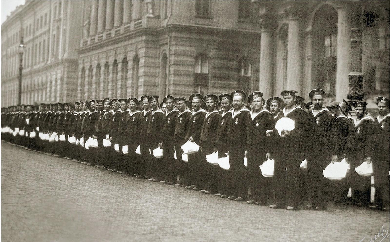 1904. Моряки крейсера «Варяг» и канонерской лодки «Кореец» после торжественного обеда в Зимнем Дворце, 16 апреля