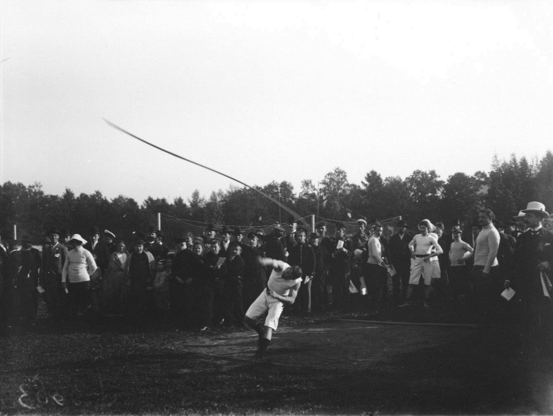 1909. Комитет Петербургского кружка любителей спорта. Метание копья на стадионе на Крестовском острове
