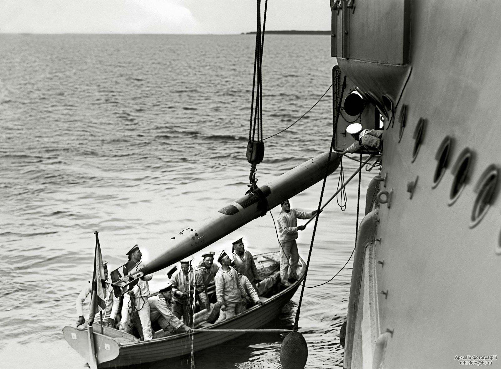 1913. Погрузка торпеды на линейный корабль «Слава»