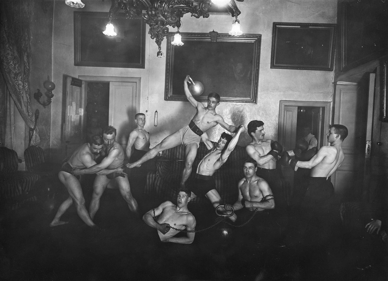 1905. «Пирамида» в исполнении гимнастической группы Петербургского атлетического общества