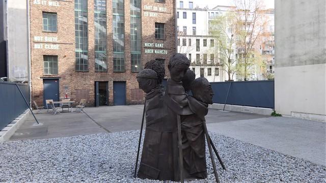 2011 Berlin Rug People von Paloma Varga Weisz Bronze Hof Neue Grünstraße 12 in 10179 Mitte