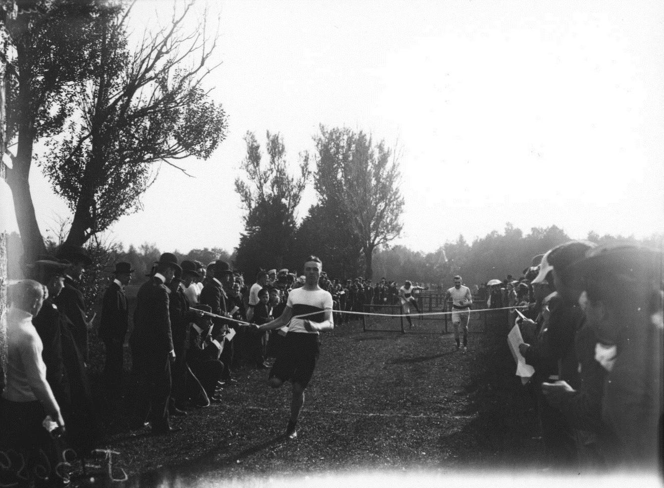 1909. Кружок любителей спорта. Бег с барьерами. Финиширует Павел Иванович Лидваль.