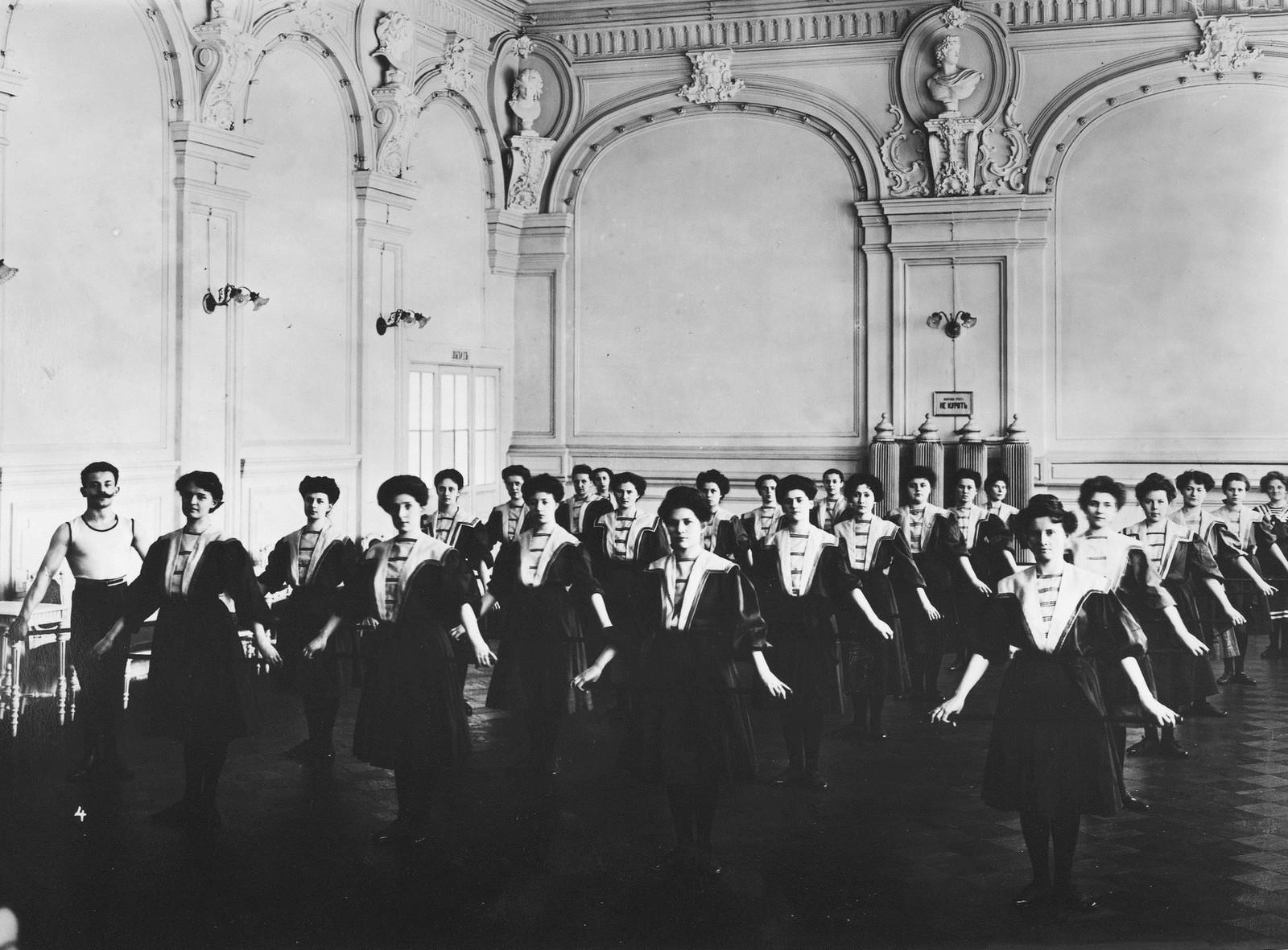 1907. Гимнастическое общество «Польский сокол». Женская группа на занятиях