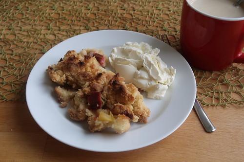 Rest des Rhabarber-Apfel-Crumble mit Crème fraîche in Kaffeepause
