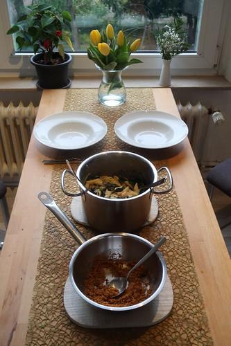 Mangold-Penne mit Chili-Zitronen-Bröseln (Tischbild)