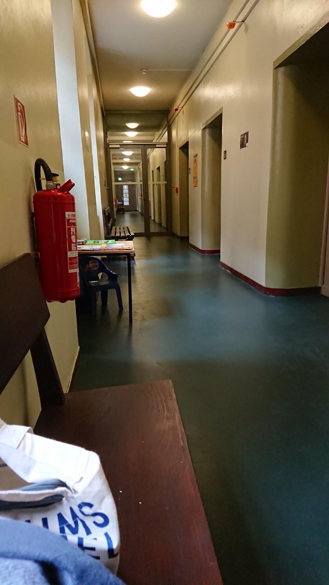 在警局的走廊长椅上看书