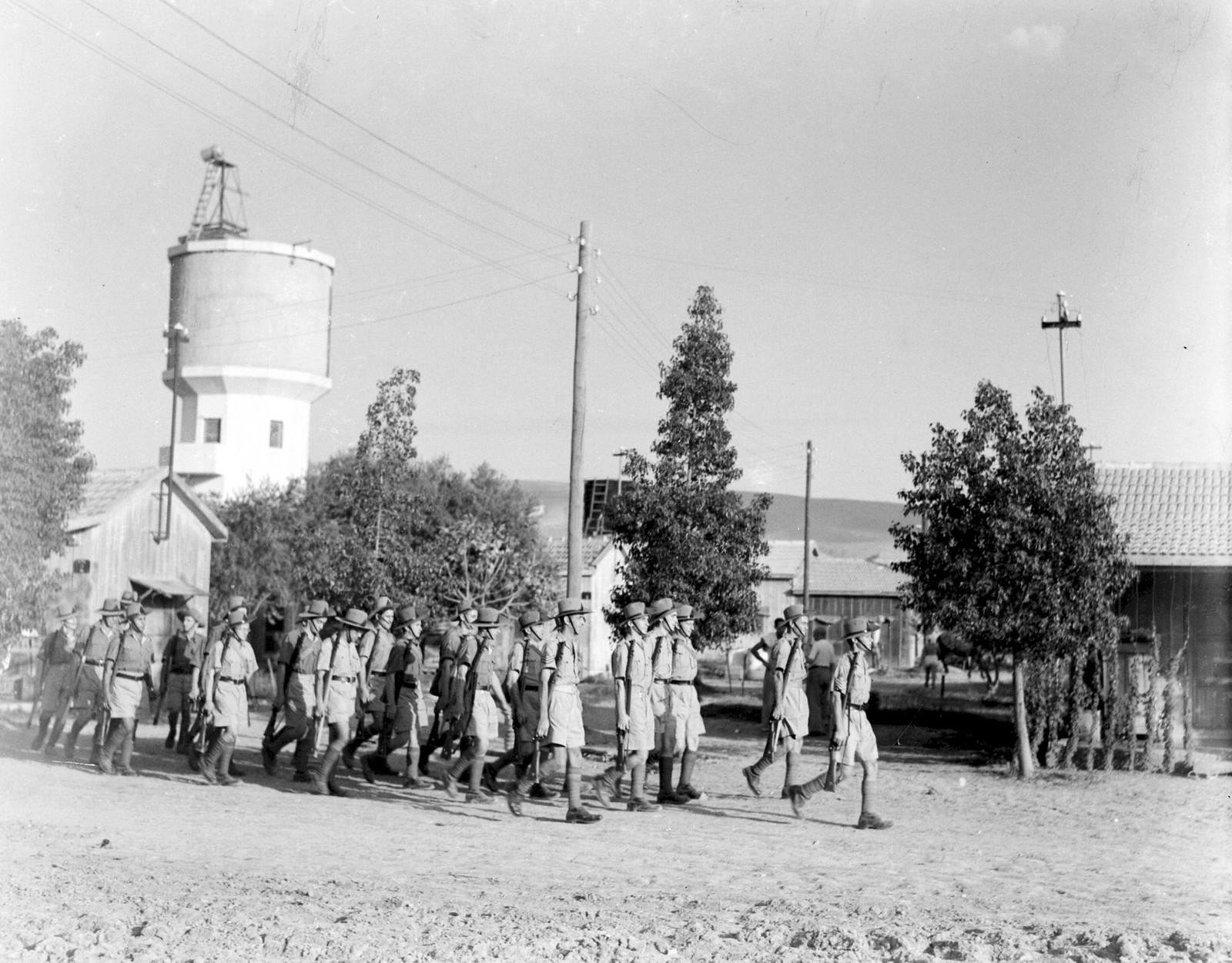 14. 1942. Члены Еврейской поселенческой полиции патрулируют кибуц Ашдот Яаков. 8 августа
