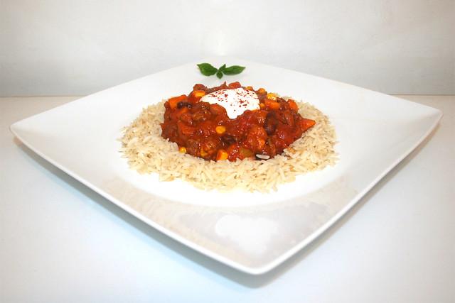 48 - Chili con carne with batata on rice - Side view / Chili con Carne mit Süßkartoffel an Reis - Seitenansicht