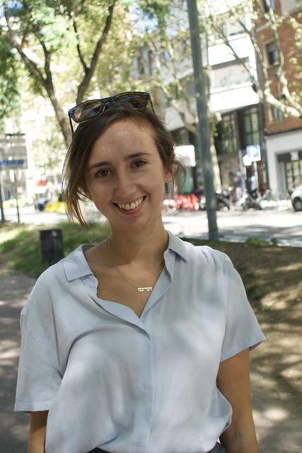 Adina Levin, jueva nordamericana, treballa a Barcelona en l'àmbit de la cultura institucional, persona d'una àmplia cultura i amb tota seguretat una gran professional, és de les persones que al seu costat s'aprèn. Captura: Av. Josep Tarradellas, Barcelona