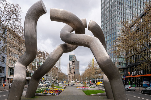 Berlin: Diese die Teilung Berlins symbolisierende Skulptur wurde 1987 von Brigitte und Martin Matschinsky-Denninghoff geschaffen  - This sculpture symbolising the division of Berlin was created in 1987 by Brigitte und Martin Matschinsky-Denninghoff