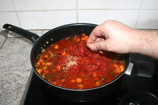 28 - Crumble bouillon cube in pan / Brühwürfel in Pfanne bröseln