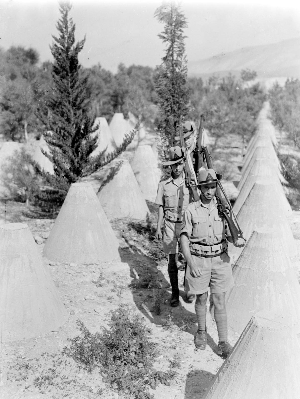 13. 1942. Члены Еврейской поселенческой полиции патрулируют Иорданскую долину. 8 августа