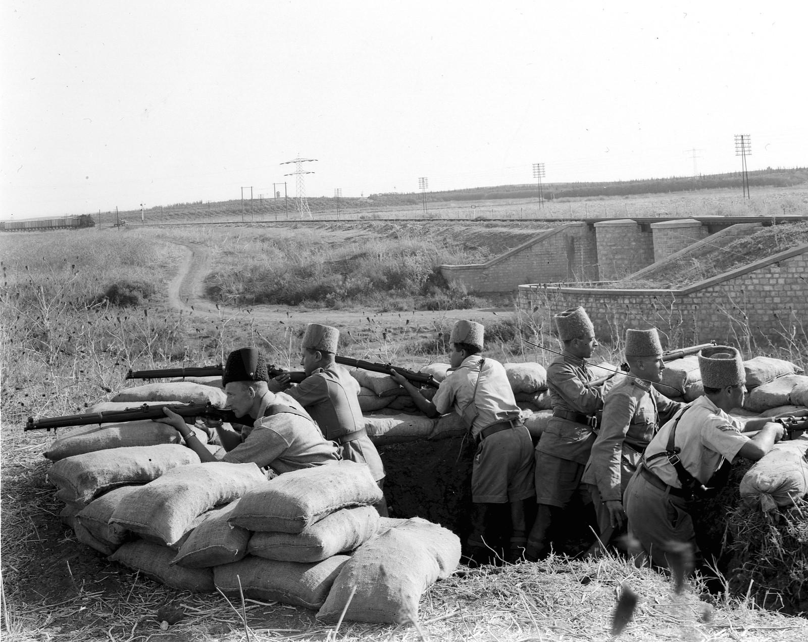 03. 1938. Члены Еврейской поселенческой полиции охраняют участок железной дороги возле Хадеры.  23 августа