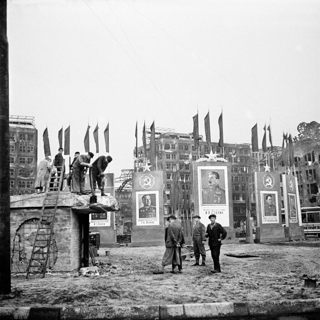 24. Жителей Берлина знакомят с советскими агитационными маьтериалами
