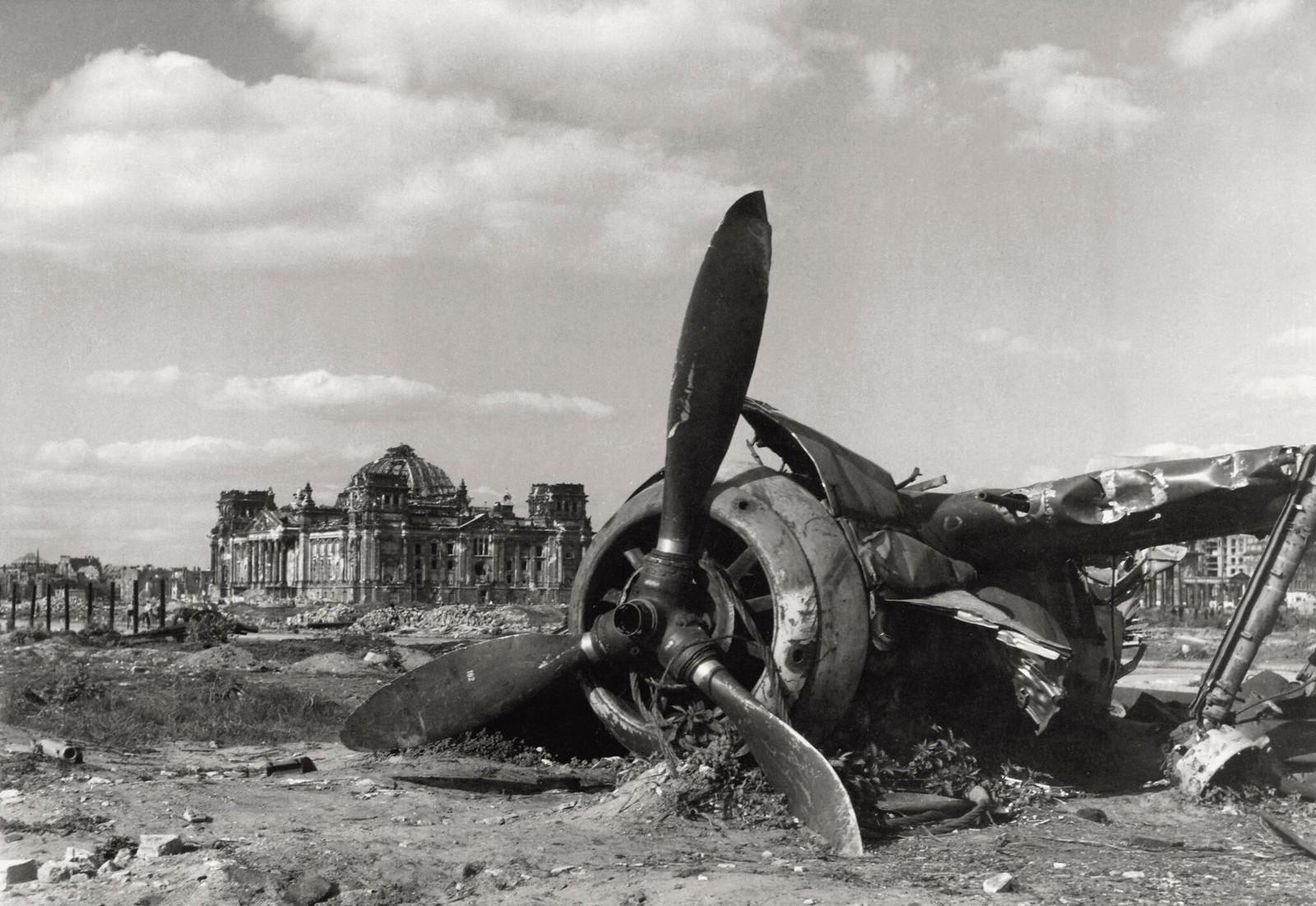 21. Крупный план обломков немецкого истребителя «Фокке-Вульф» среди руин на лугу в парке Тиргартен за Рейхстагом