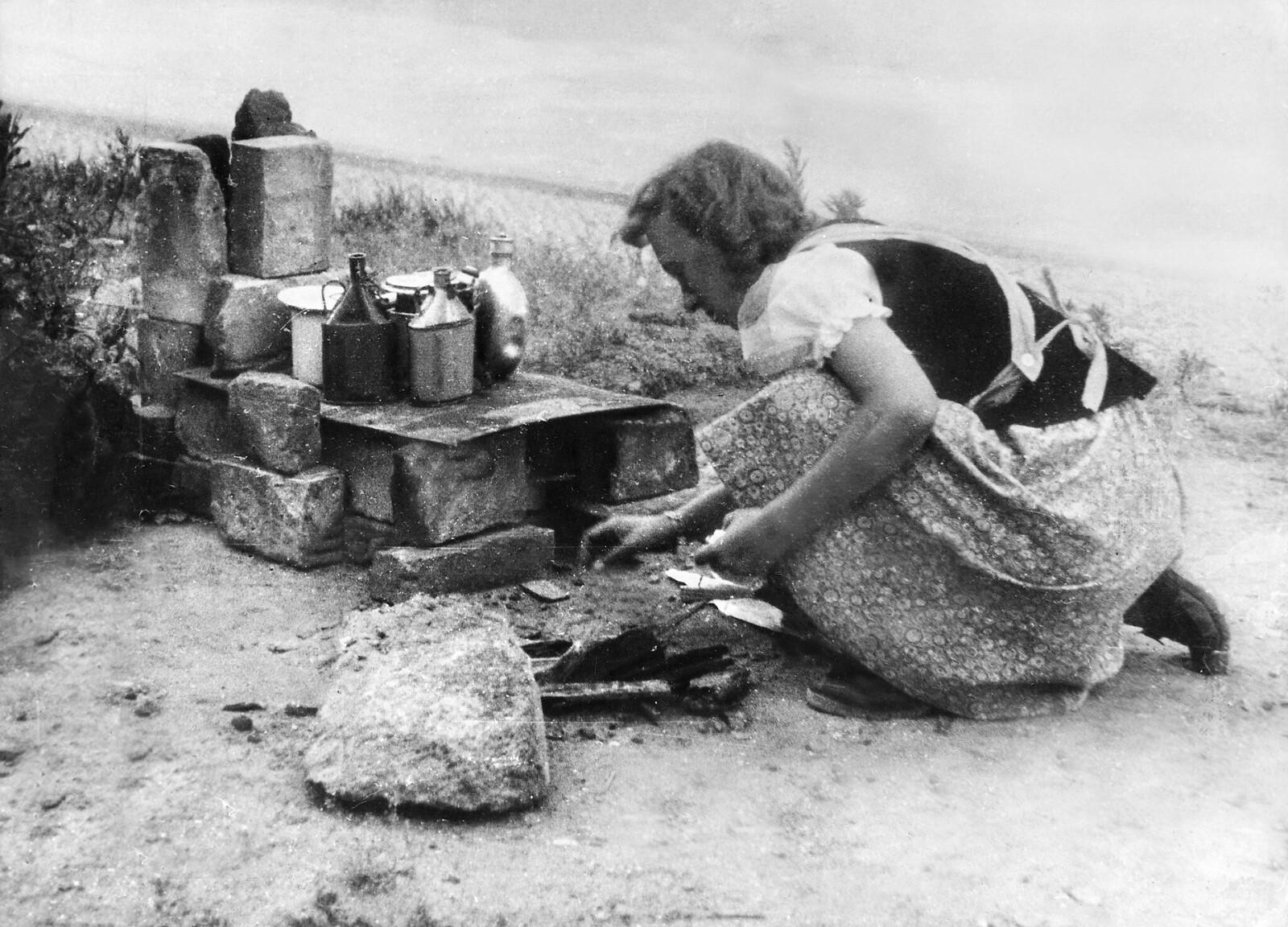 13. Немка готовит еду на открытом воздухе