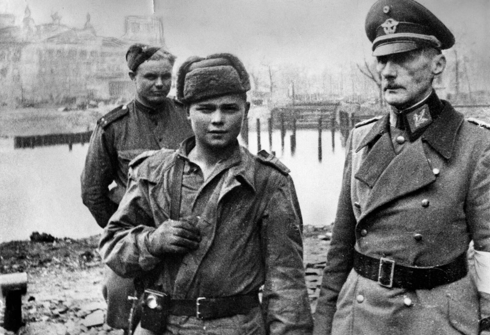 09. Советские солдаты берут в плен генерала немецкого вермахта