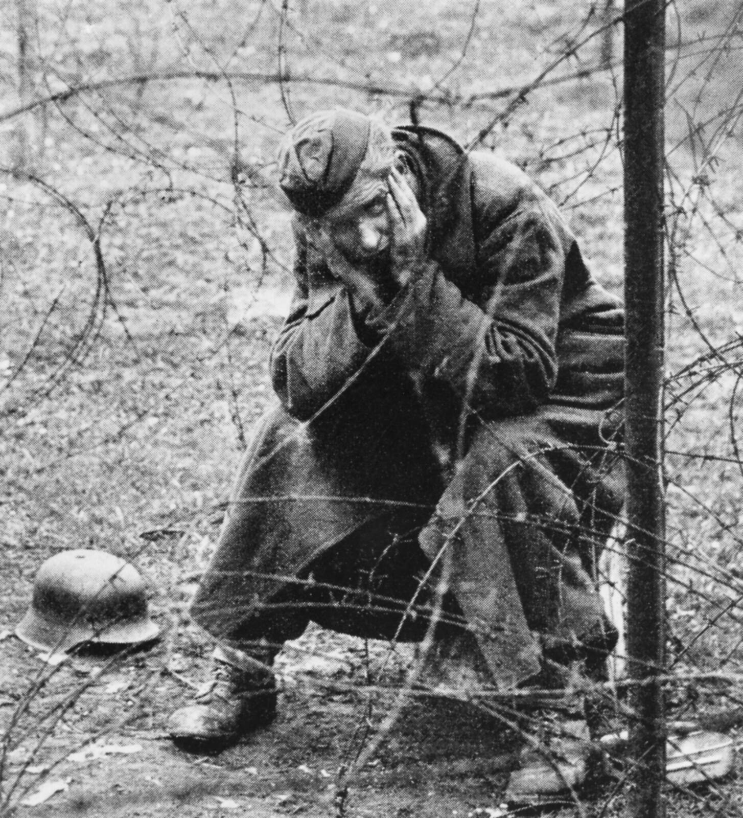 05. Берлин. Немецкий военнопленный за колючей проволокой.