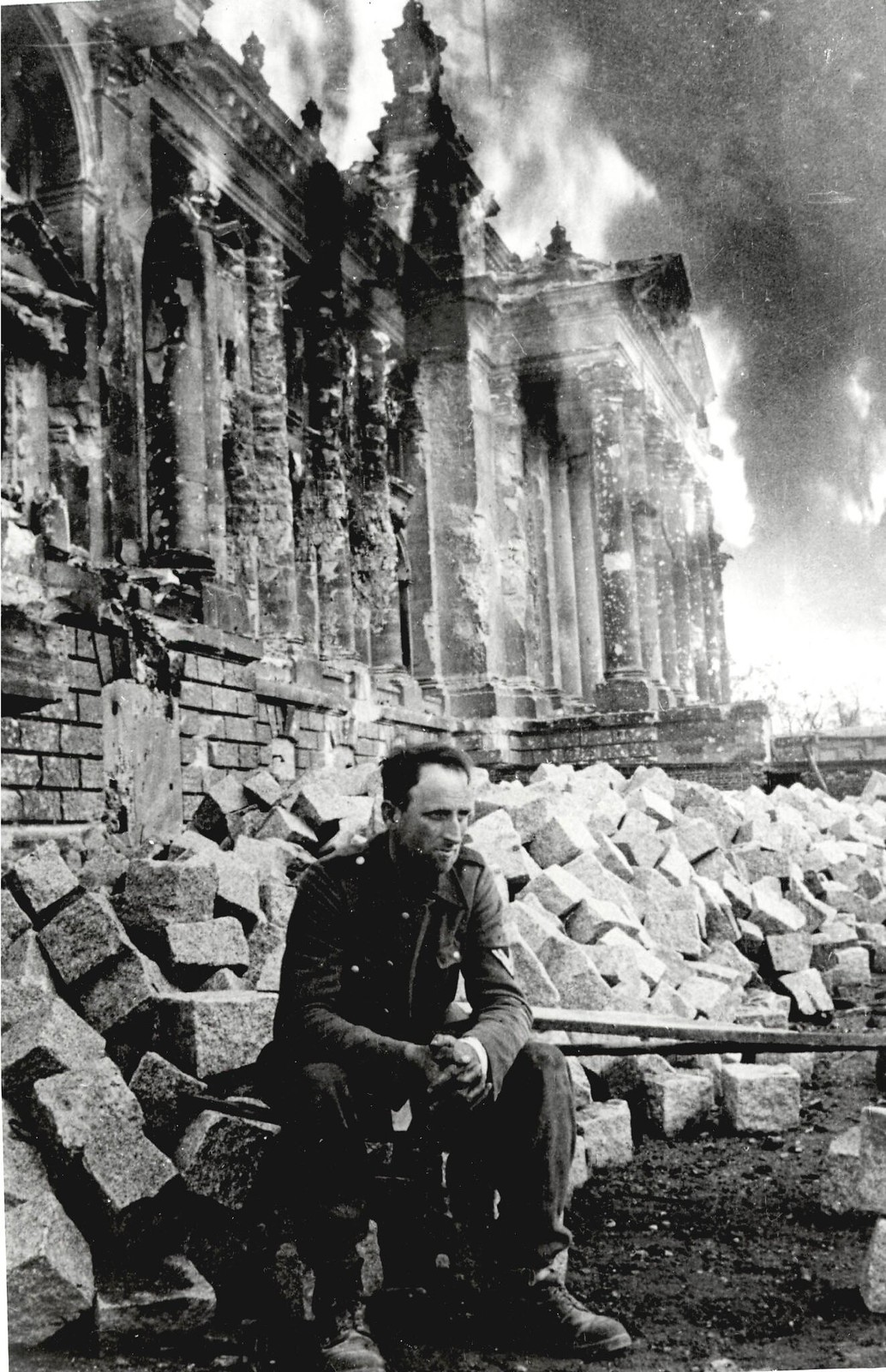01. Немецкий солдат сидит на развалинах Рейхстага 9 мая