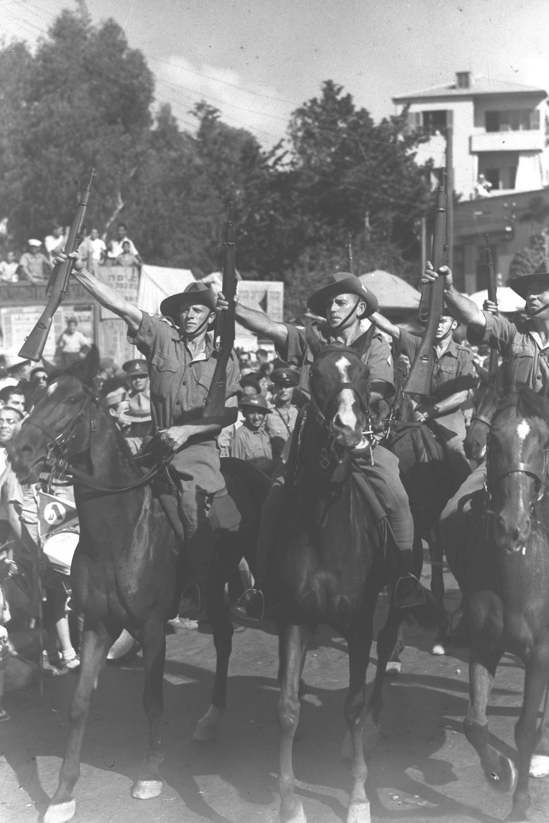 10. 1942. Члены Еврейской поселенческой полиции маршируют в Тель-авиве в «День еврейского солдата». 27 сентября