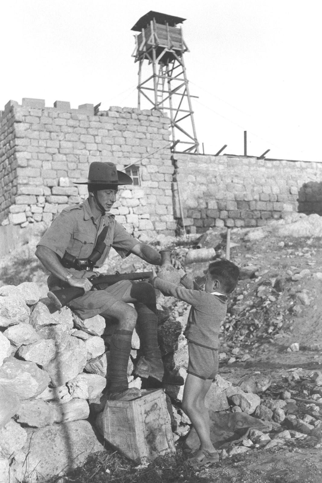 05. 1939. Сын поселенца приносит кувшин с водой члену еврейской поселенческой полиции в кибуце Бейт-Орен на горе Кармель. 24 октября