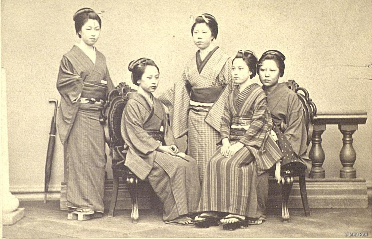 Групповой портрет девушек в традиционных костюмах