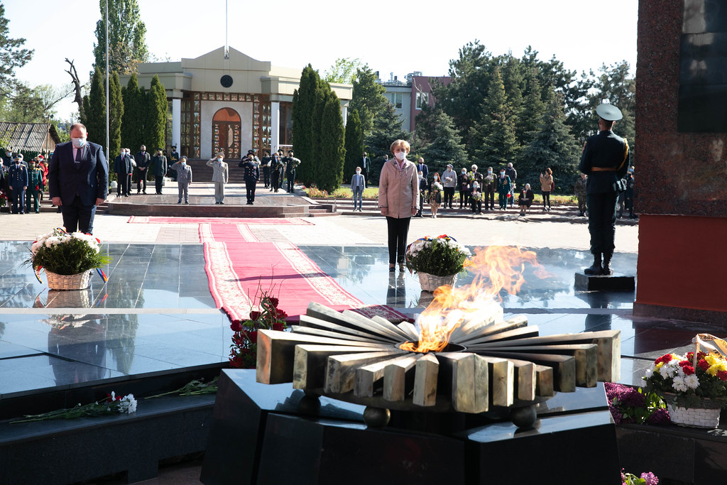 """09.05.2021 Ceremonia depunerii de flori la """"Focul Veşnic"""", consacrată Zilei Victoriei şi a comemorării eroilor căzuţi pentru Independenţa Patriei"""
