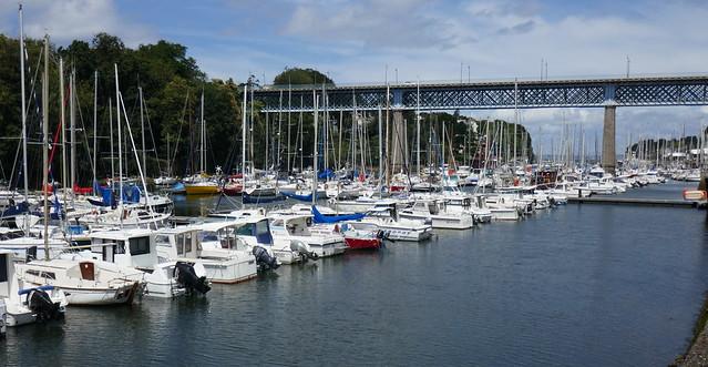 Port de plaisance et ancienne passerelle du chemin de fer, Port-Rhu, Douarnenez, Finistère, Bretagne, France.