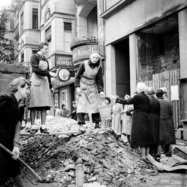 19. Берлинские женщины убирают мусор с одной из улиц