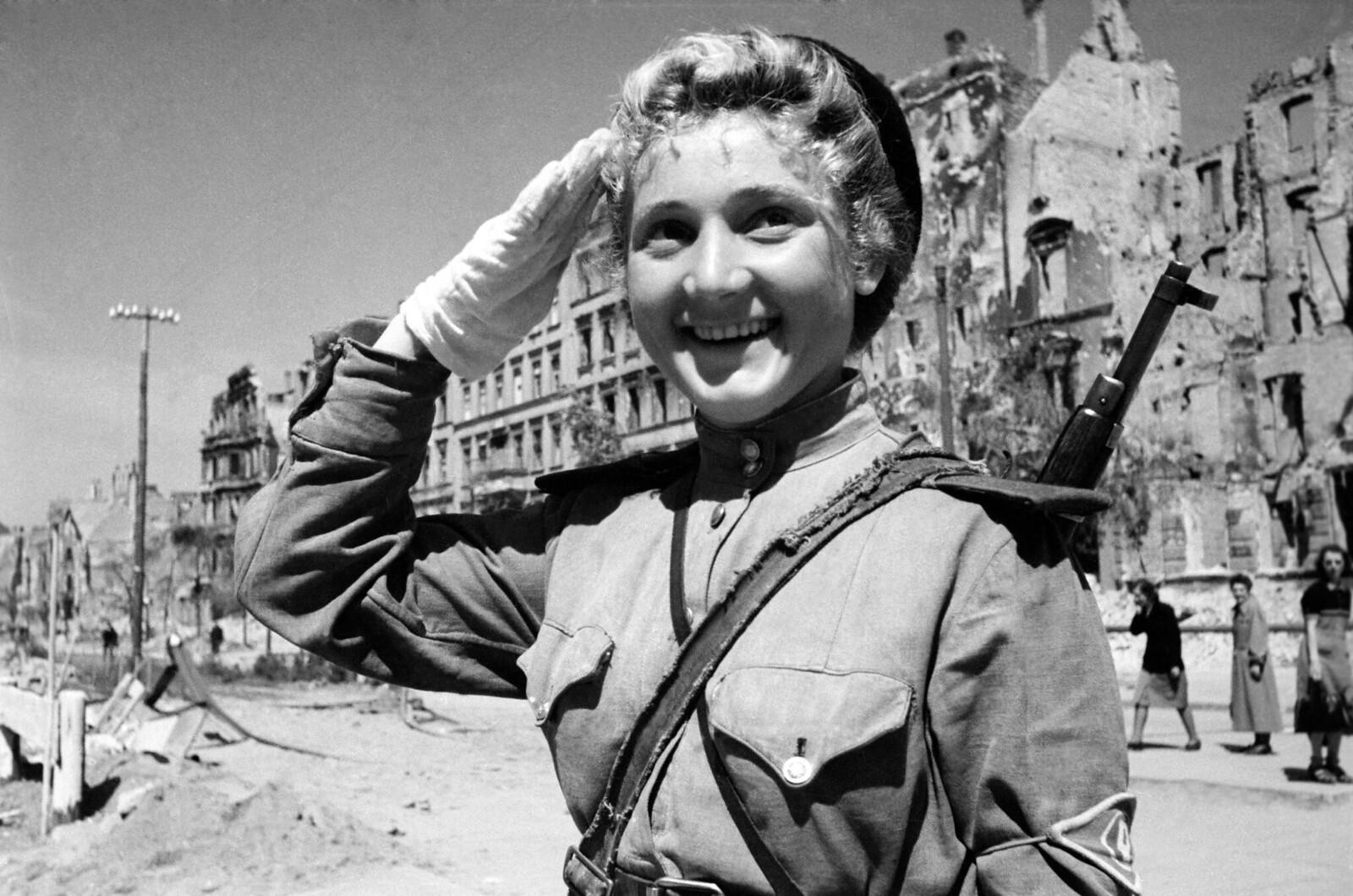 06. Советская женщина-солдат на берлинской улице