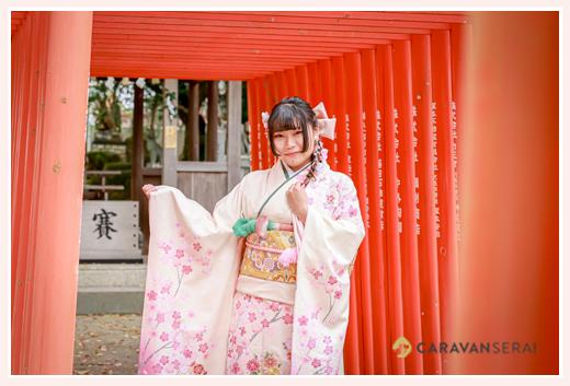 桜モチーフの振袖で成人式写真の前撮り 赤い鳥居の下で