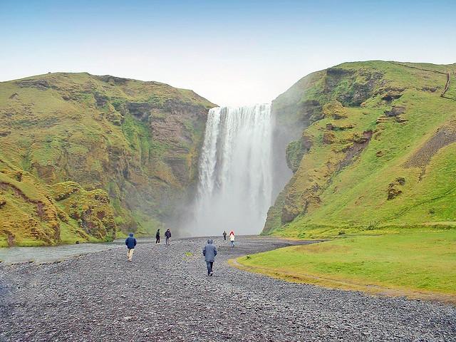 Islande, la grande cascade rideau de 60m de haut à Skógafoss