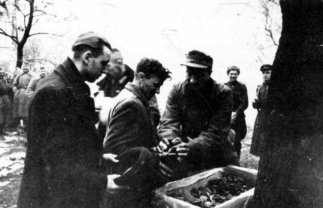 20. Советские солдаты раздают еду голодающим в Берлине, май