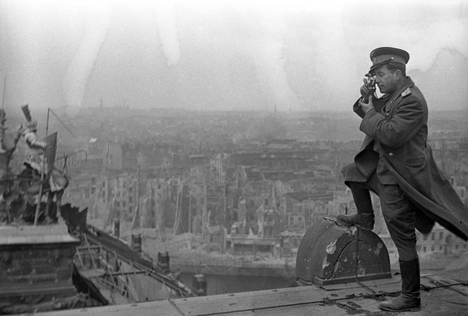 02. Фотограф Марк Редькин на крыше Рейхстага