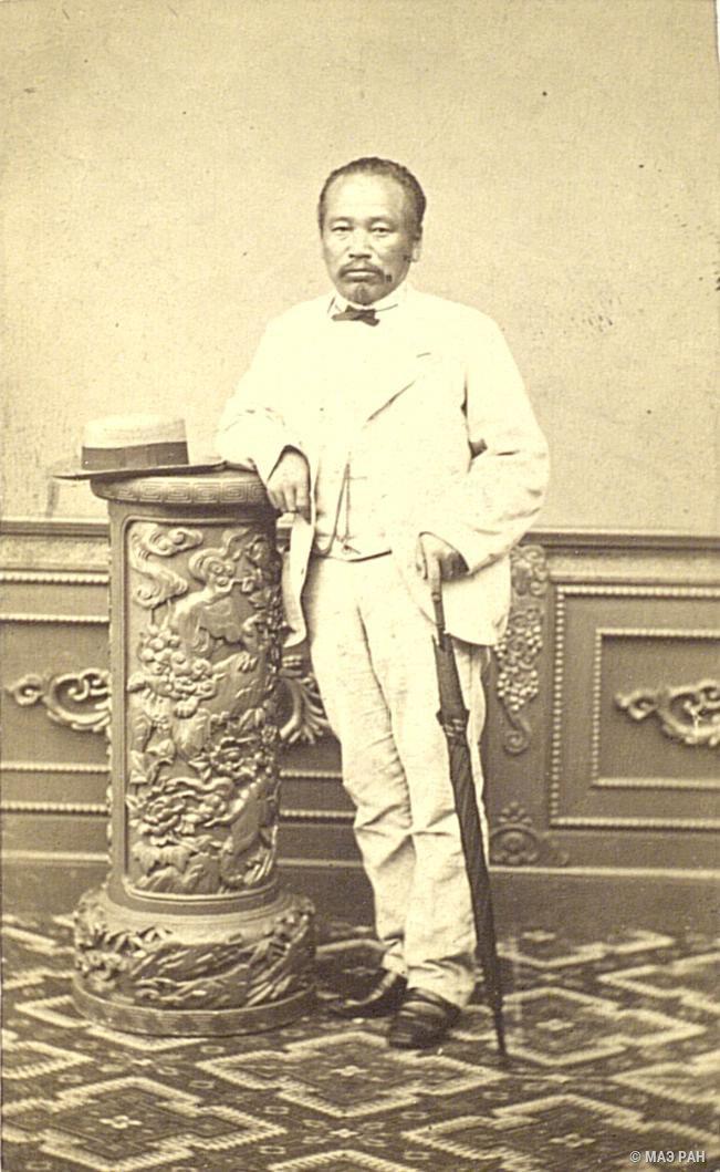 Портрет губернатора Хакодатэ Макото Сугиура в европейском костюме