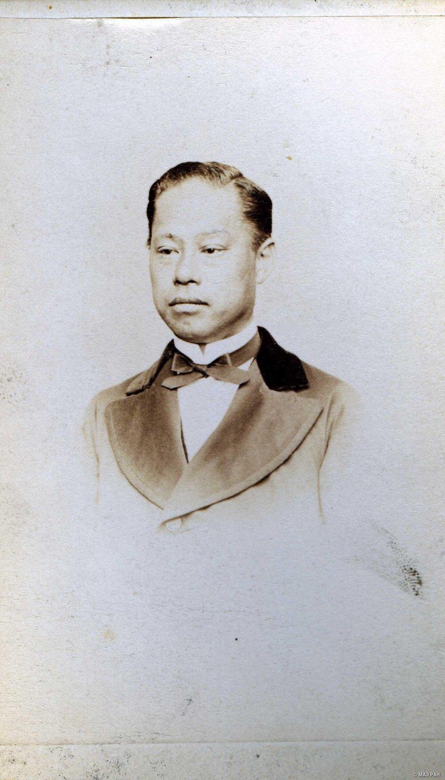 Портрет графа Нобуёси Сава в европейском костюме