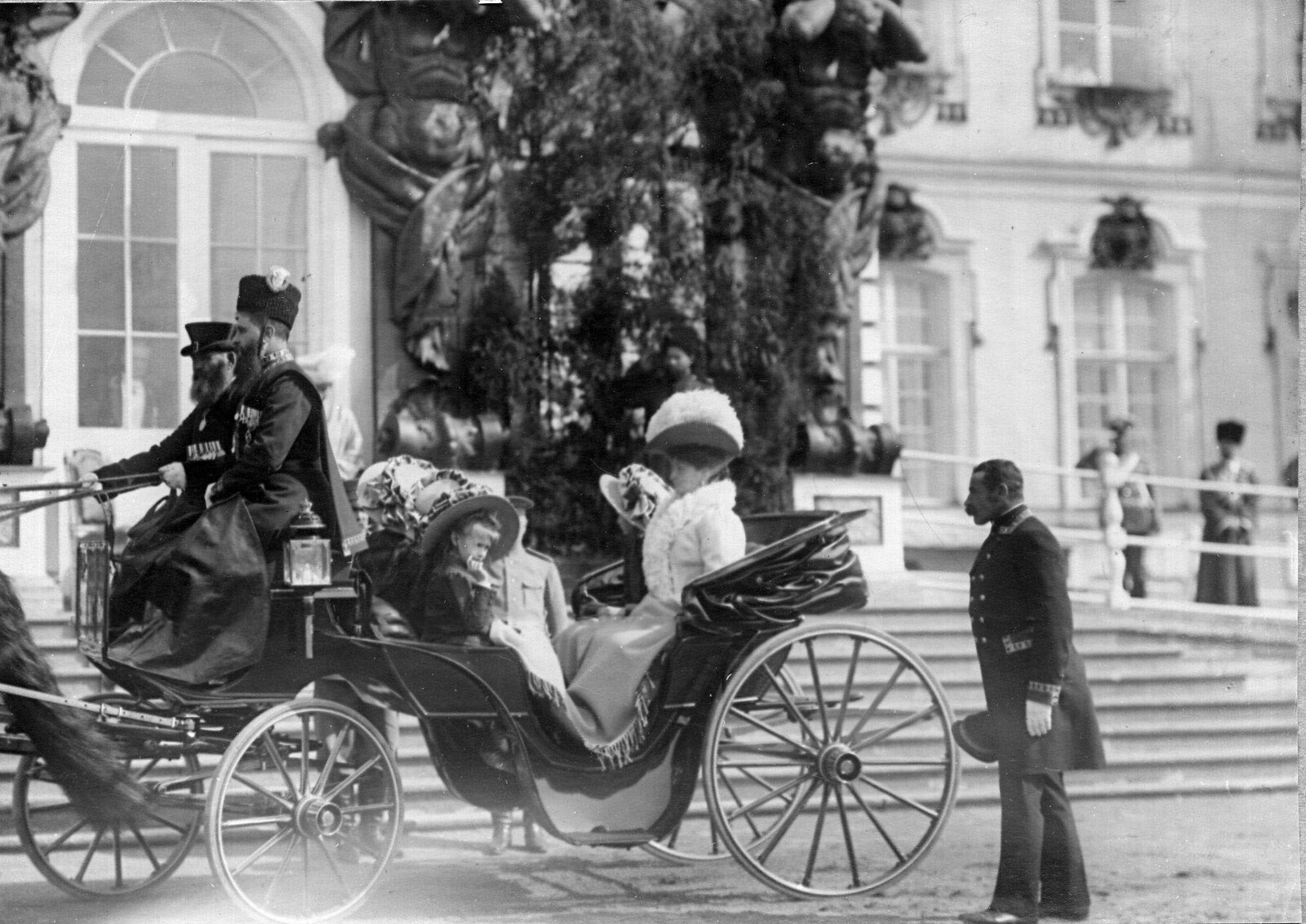 1909. Императрица Александра Федоровна с дочерьми
