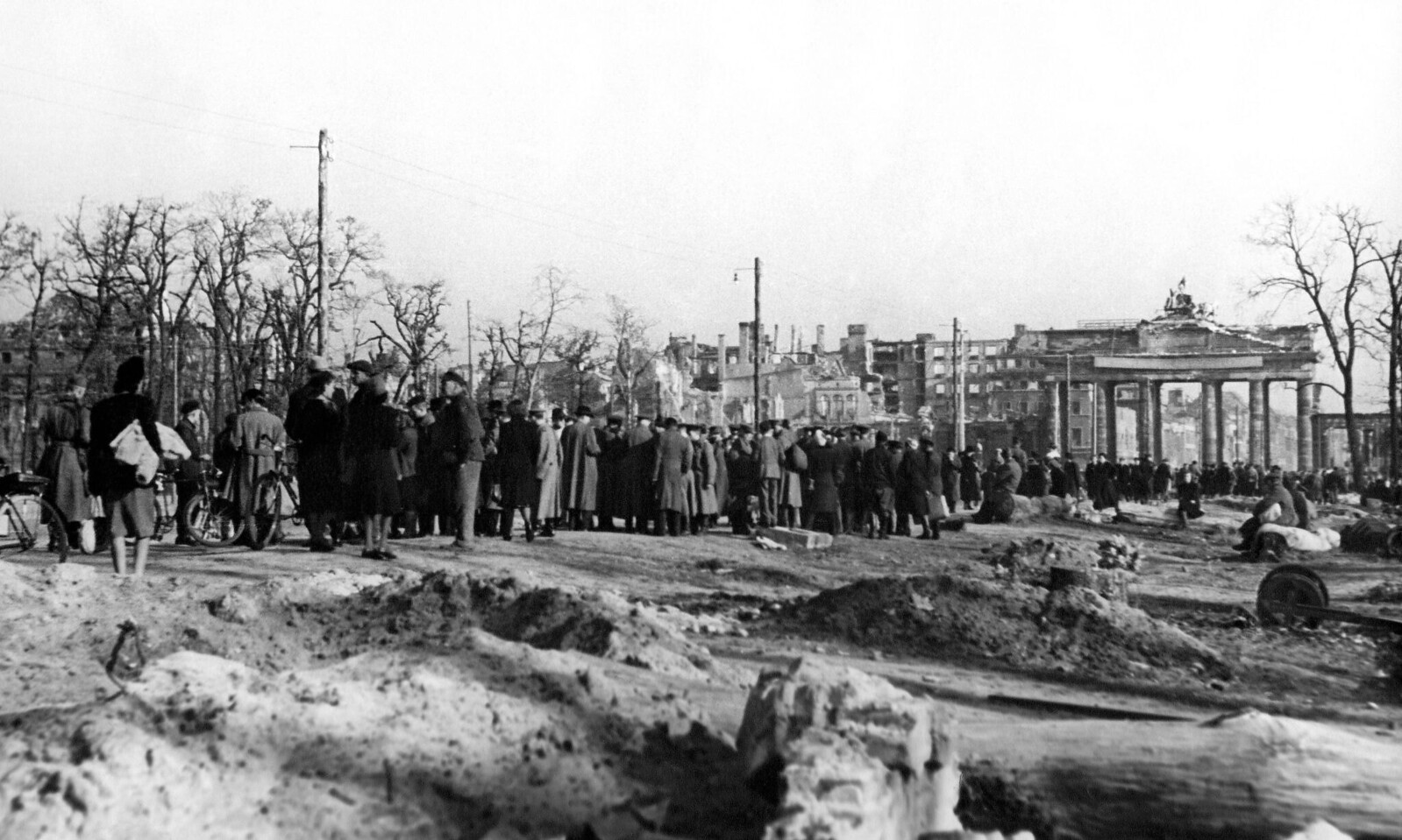 28. Черный рынок перед Бранденбургскими воротами в Берлине в мае
