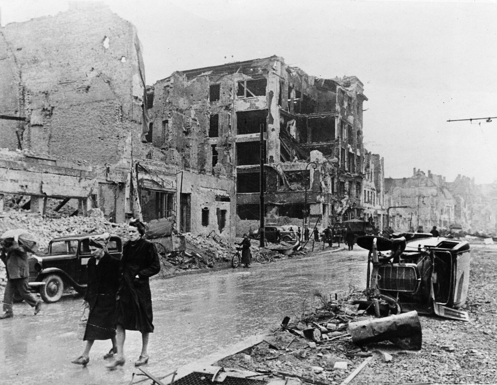 26. Жители Берлина гуляют по руинам города
