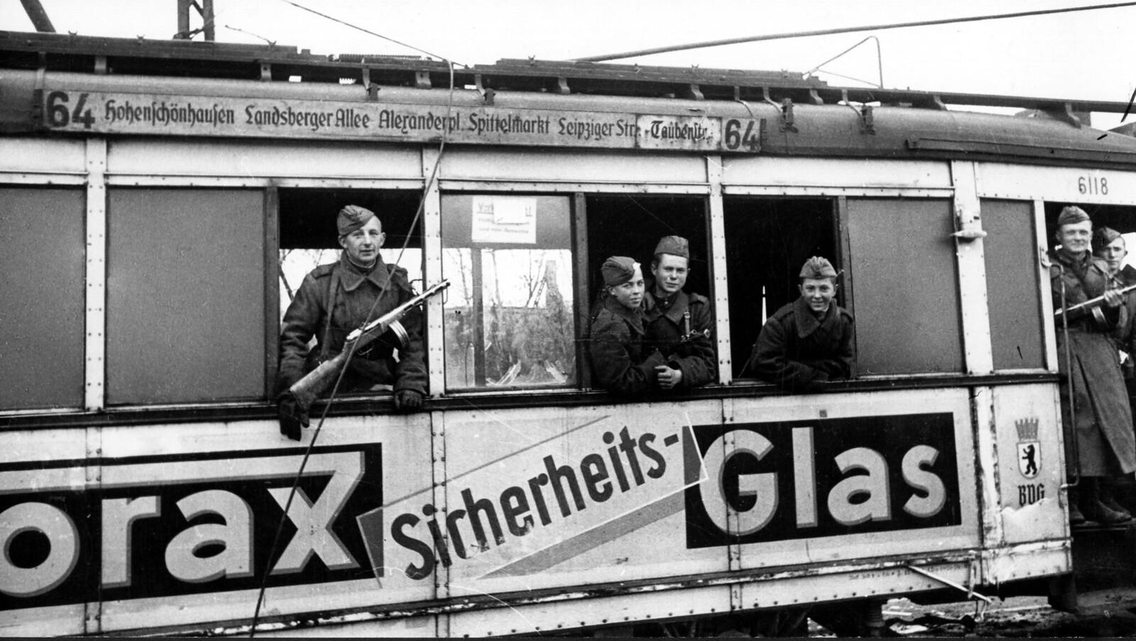 12. Советские солдаты в трамвае