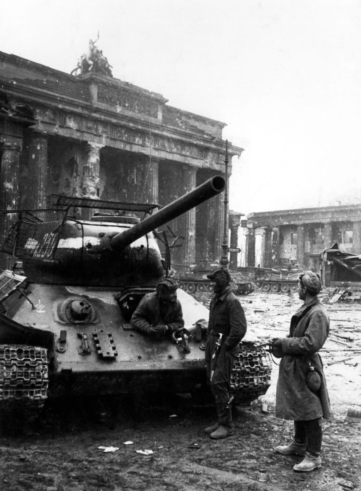 08. Солдаты русской армии беседуют у танка, остановившегося у Бранденбургских ворот