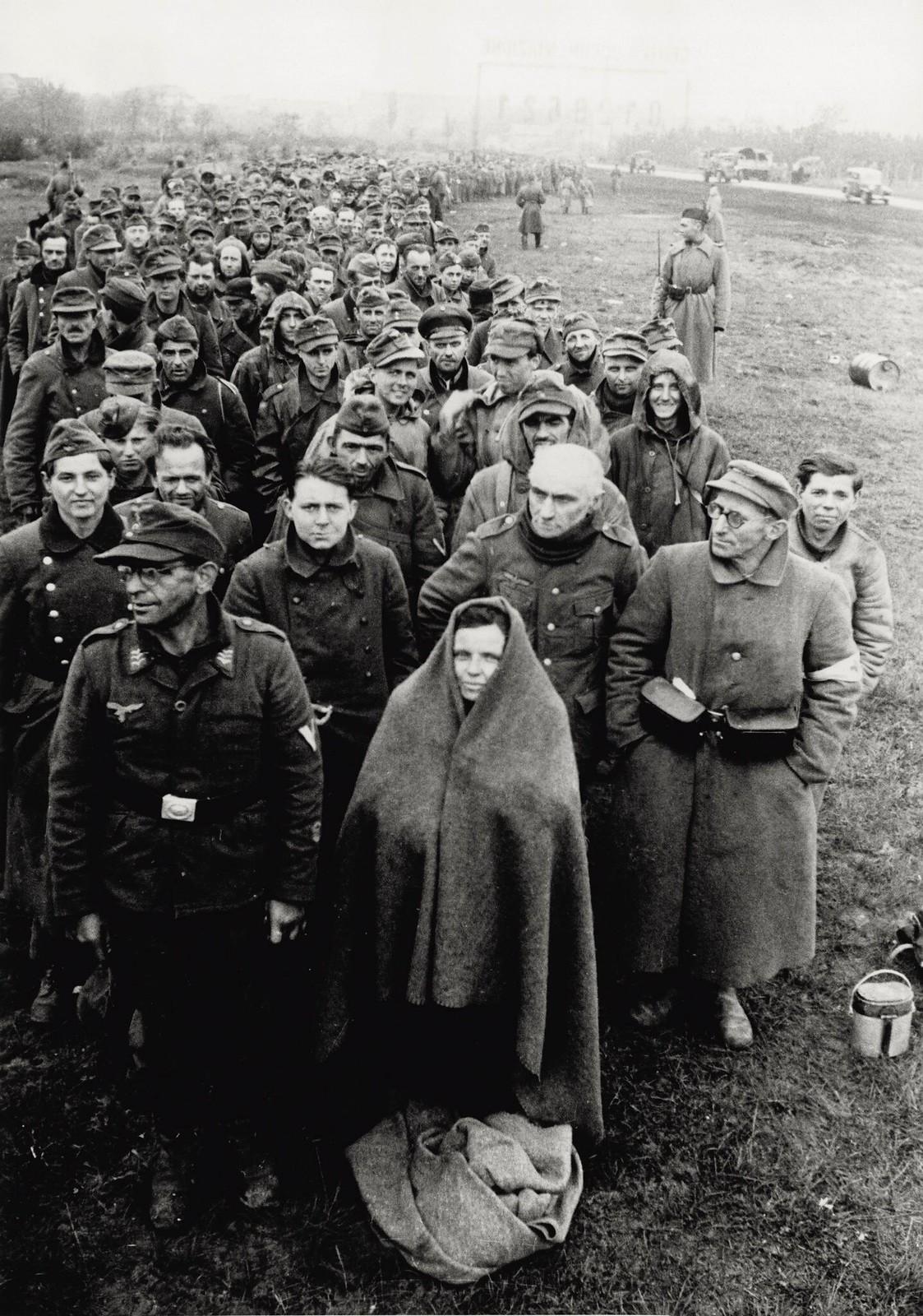 07. На самой окраине Берлина собираются немецкие пленные, взятые союзными войсками в столице.