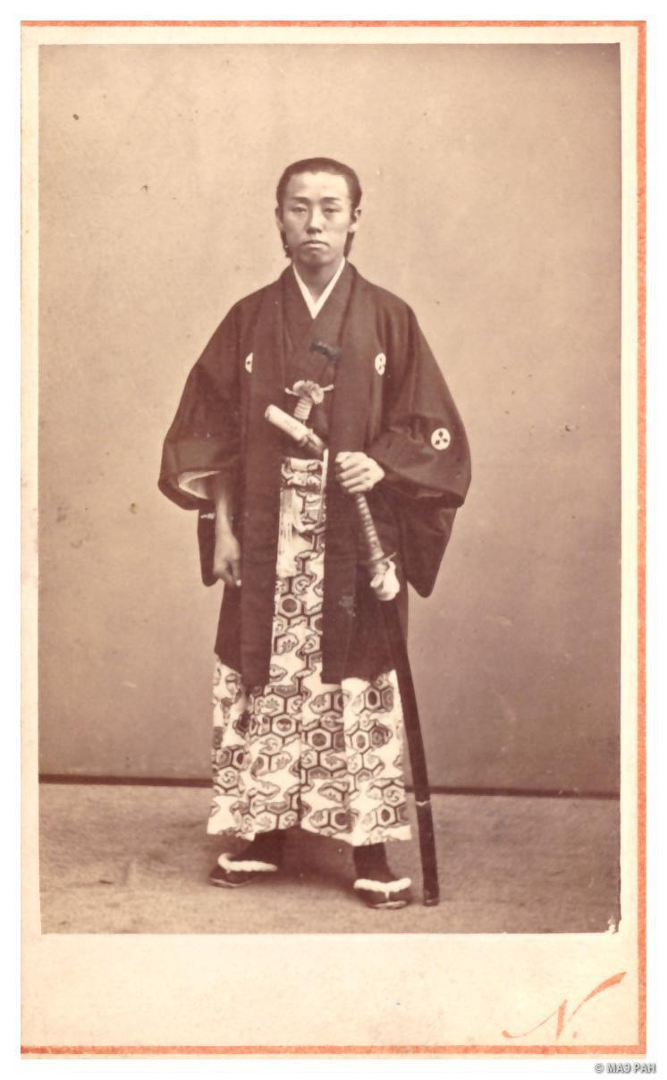 Портрет мужчины в старинном самурайском костюме