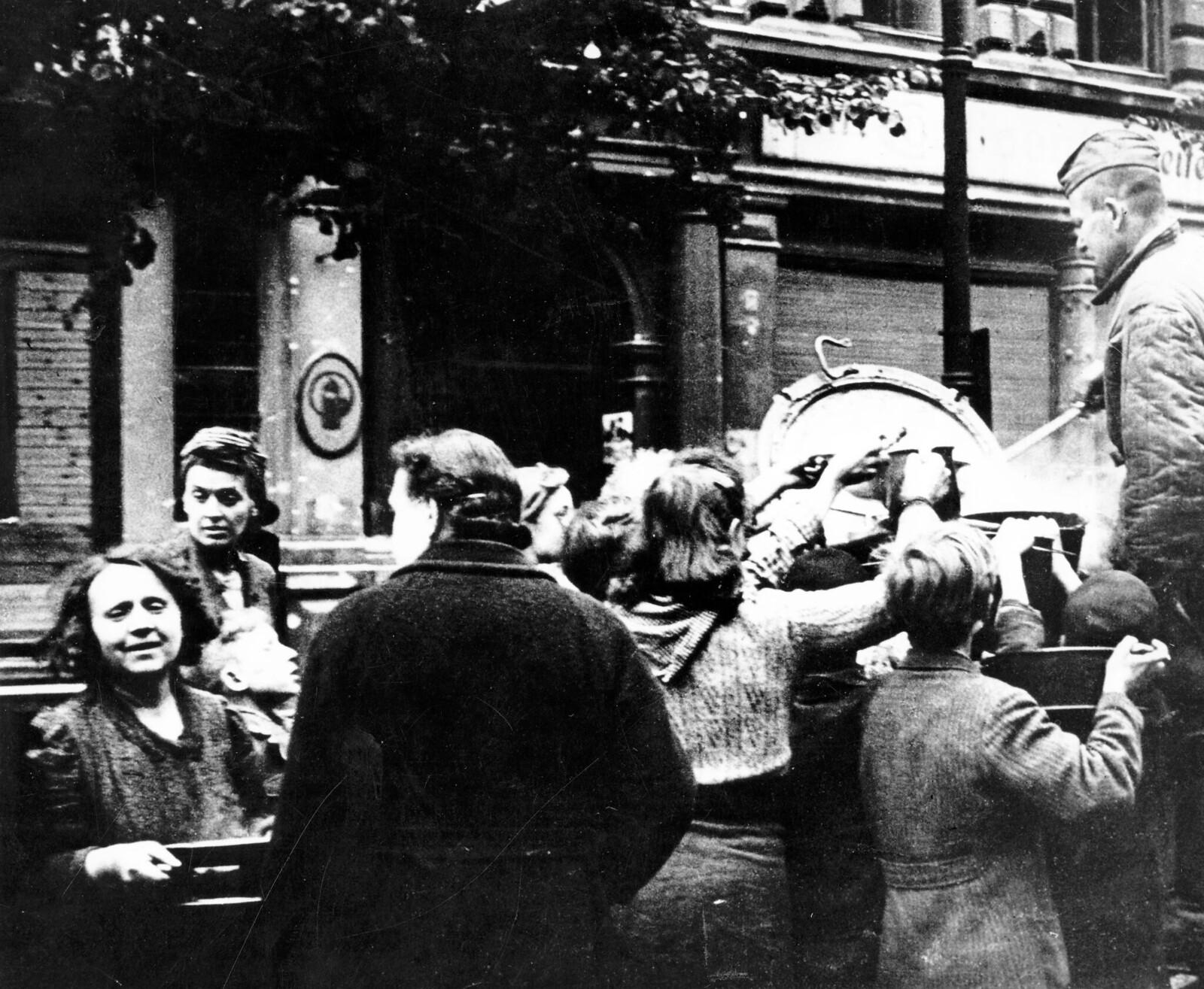 18. Советские солдаты раздают суп голодающим в Берлине, май