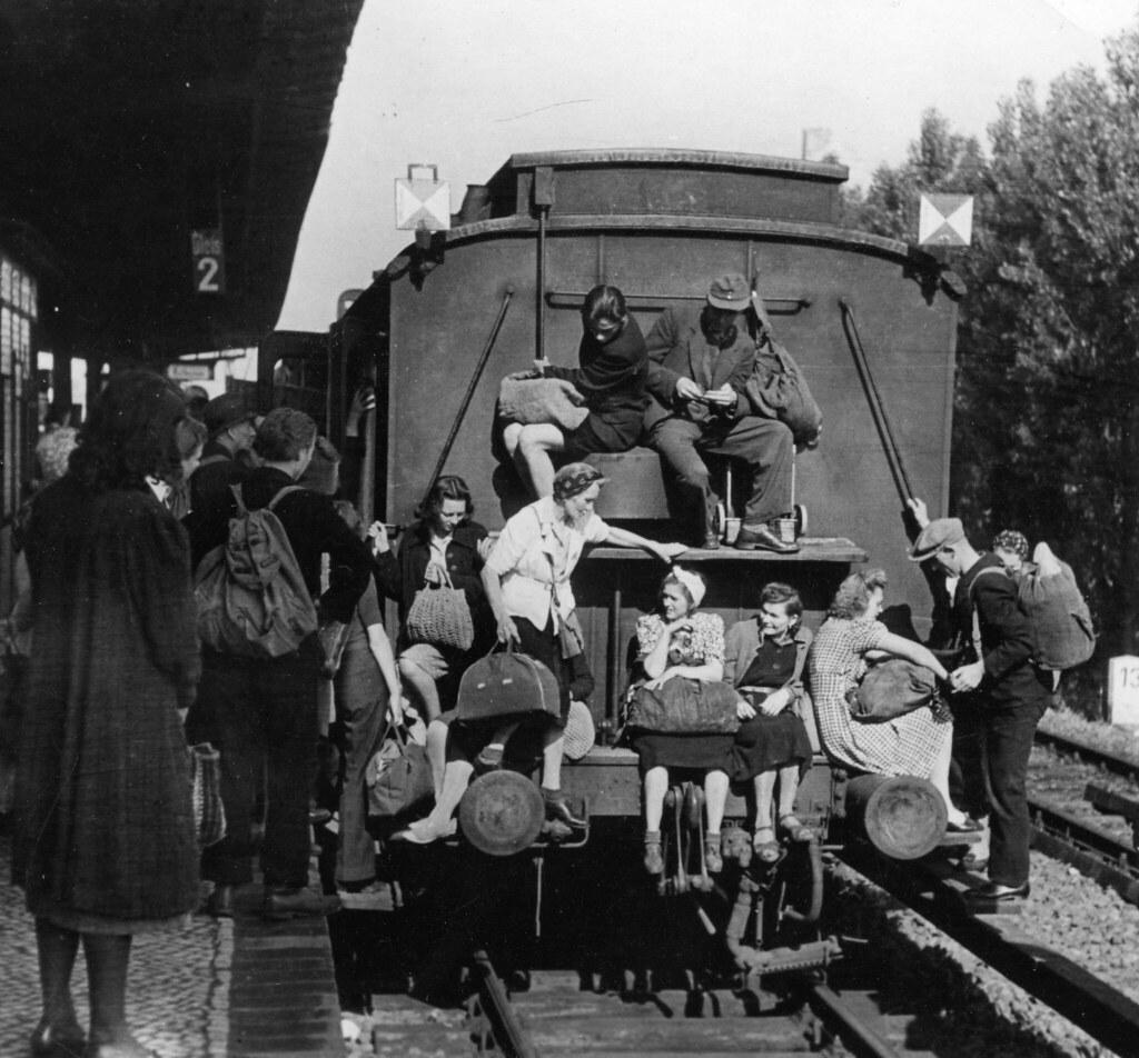 17. Толпа на вокзале в Берлине, май. Люди направляются в деревню за едой