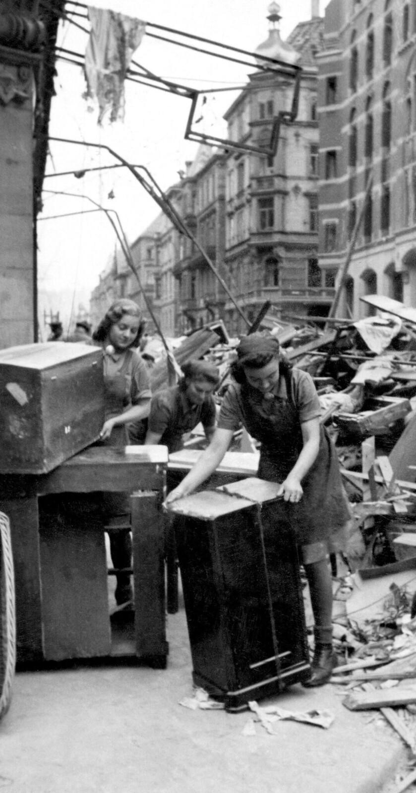 15. Женщины извлекают мебель из руин