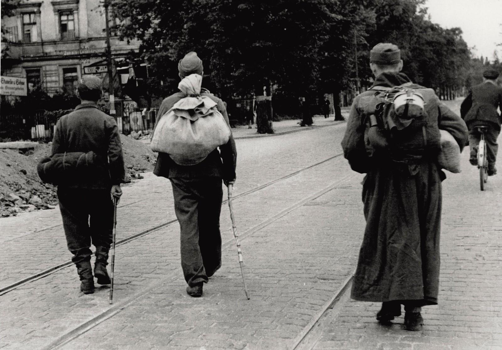 03. По почти безлюдной улице Берлина трое бывших солдат идут домой