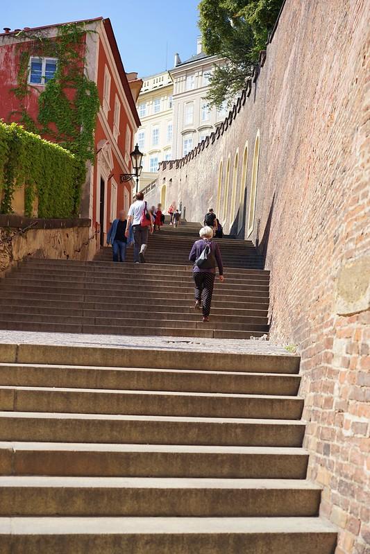 カレル橋からプラハ城へ_15