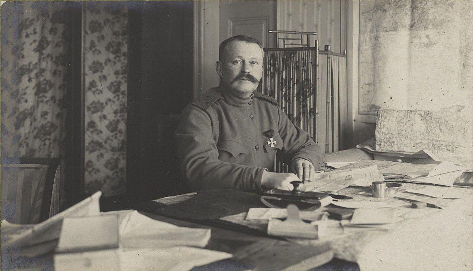121. Начальник штаба генерал-лейтенант Гутор в своём кабинете